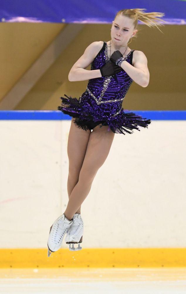 Виктория Васильева выступает в короткой программе женского одиночного катания