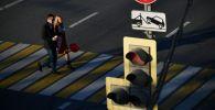Прохожие идут по пешеходному переходу. Архивное фото