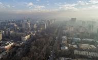 Вид на проспект Эркиндик с высоты во время смога в Бишкеке
