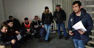 Посетители в многофункциональном миграционном центре Москвы. Архивное фото