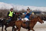 Французские спортсмены приехали в Токтогульский район Джалал-Абадской области, чтобы посостязаться с кыргызстанцами в хорсболе — это смесь баскетбола и регби, только на лошадях.