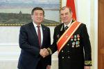 Президент КР Сооронбай Жээнбеков наградил посла России Андрея Крутько медалью Данк (Слава)