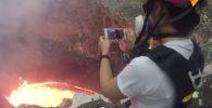 Вы бы осмелились заглянуть в жерло вулкана? Этот турист проявил бесстрашие и снял видео на фоне кратера.
