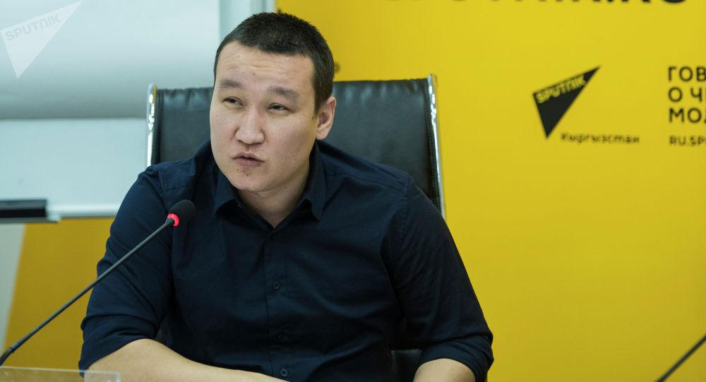 Шеф-редактор информационного агентства и радио Sputnik Кыргызстан Эркин Алымбеков на мастер-классе для студентов факультета журналистики четырех вузов страны