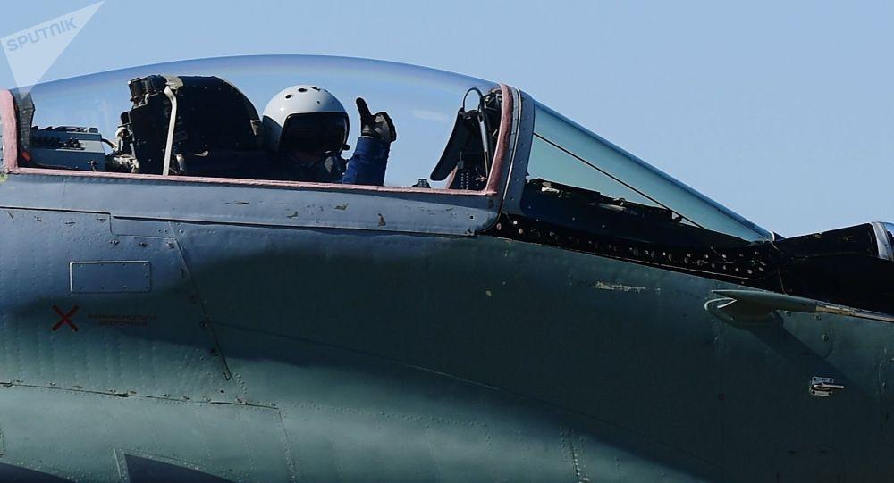 Летчик в кабинет многоцелевого истребителя. Архивное фото