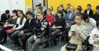 Учащиеся старших классов четырех средних школ Бишкека во время видеомоста обсудили с представителями Московского авиационного института (МАИ) вопросы поступления в вуз.