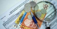 Монеты и купюры на единой налоговой декларации в КР. Архивное фото