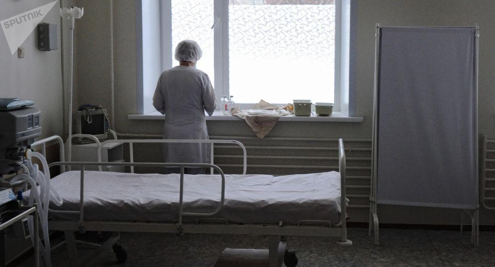Медицинская сестра отделения в палате. Архивное фото
