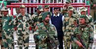 Пакистан Индиянын аскерий аба күчтөрүнүн туткунга алынган командири Абхинандан Вартхаманды өткөрүп берди