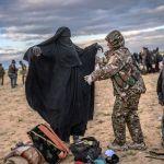 Сириянын демократиялык күчтөрүнүн аскери Дейр-эз-зор провинциясына жакын жердеги Багуз айылынан аялды текшерүүдө