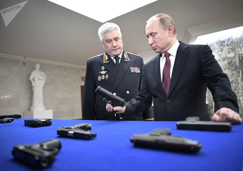 Президент РФ Владимир Путин и министр внутренних дел РФ Владимир Колокольцев во время осмотра выставки
