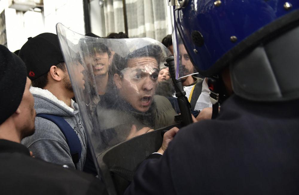 Алжирдин президенти Абдельазиздин бешинчи мөөнөткө шайланышына каршы уюштурулган демонстрация