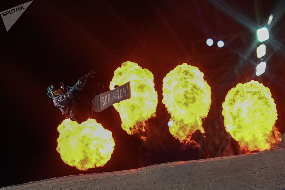 Москвада сноуборд боюнча өткөн Grand Prix De Russie 2019 дүйнөлүк турниринде өнөрүн көрсөтүп жаткан Михаил Матвеев (Россия)