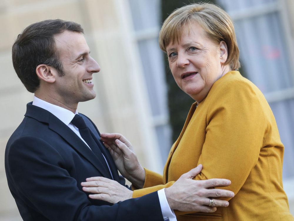 Франция президенти Эммануэль Макрон Елисей сарайында Германия канцлери Ангела Меркелди тосуп алууда