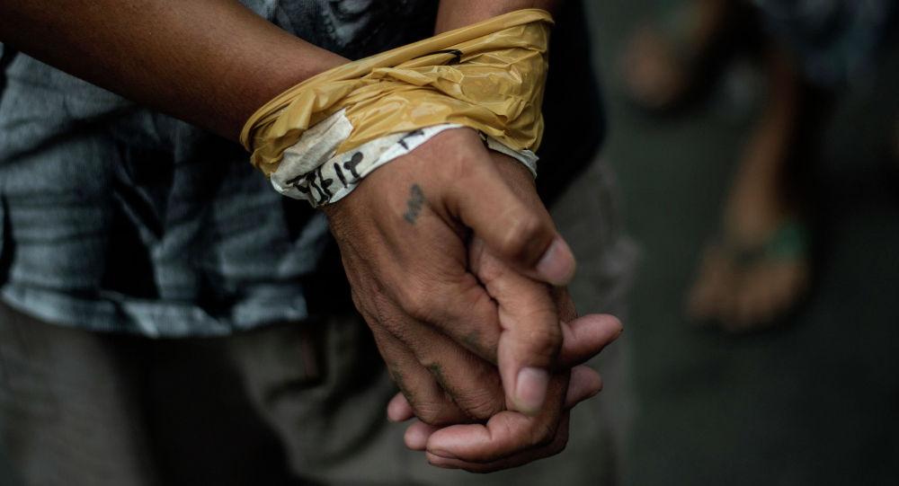 Мужчина со связанными руками. Архивное фото