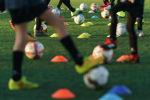 Девушки во время тренировки по футболу. Архивное фото