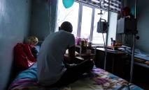 Подросток в палате детского отделения Национального центра онкологии и гематологии в Бишкеке. Архивное фото