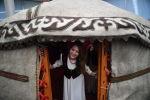 Девушка в национальной одежде у юрты. Архивное фото