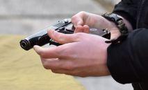 Мужчина держит в руках пистолет Макарова. Архивное фото