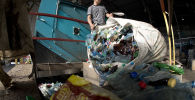 Мусор пластиковых бутылок. Архивное фото