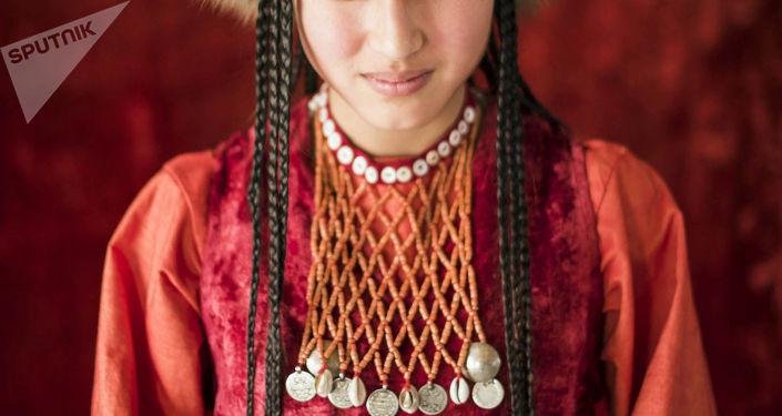 Девушка демонстрирует кыргызский национальный вид украшения. Архивное фото