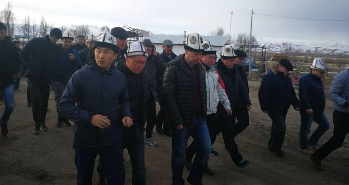 Осужденному оппозиционному политику Садыру Жапарову разрешили проводить в последний путь свою мать