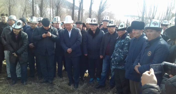 На похороны также приехал экс-депутат Жогорку Кенеша Камчыбек Ташиев
