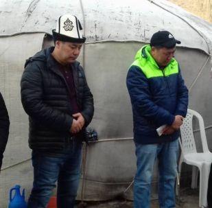 Осужденный Садыр Жапаров на похоронах своей матери в селе Кен-Суу Тонского района Иссык-Кульской области
