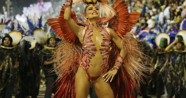 Участница Juliana Paes из школы Grande Rio Samba на карнавале в Рио-де-Жанейро, Бразилия