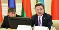 Посол Кыргызстана в Турции Кубанычбек Омуралиев (справа). Архивное фото