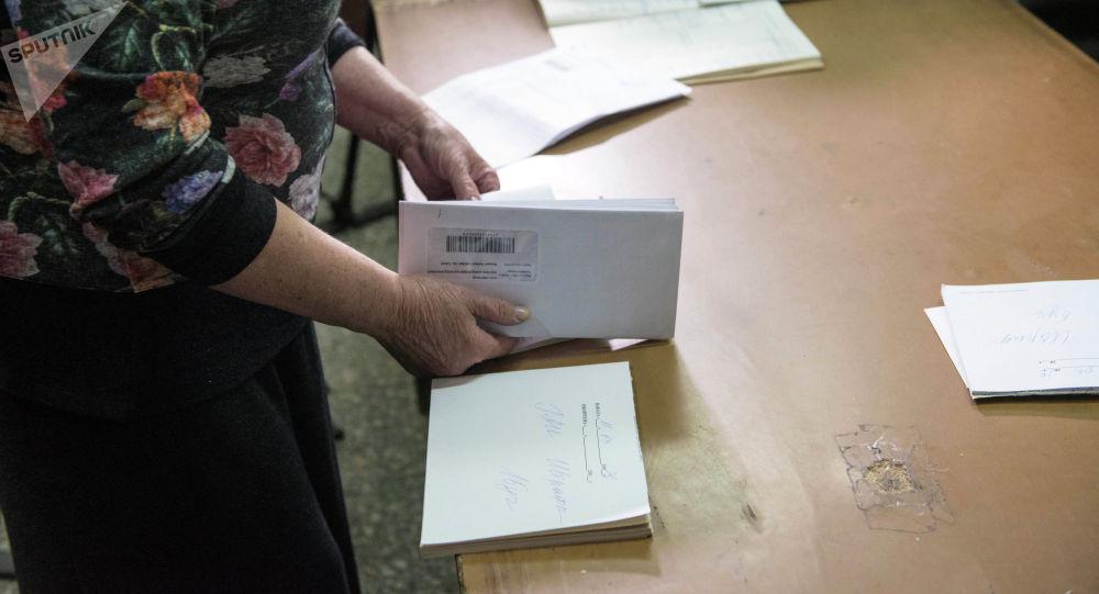 Кыргыз почтасынын кызматкери иш учурунда. Архив