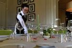 Официантка сервирует стол в ресторане. Архивное фото