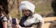 Участница проекта 40 девушек в этнокомплексе Супара недалеко от Бишкека