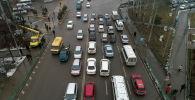 Бишкектин көчөлөрүнүн бириндеги автоунаалар. Архивдик сүрөт