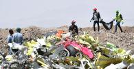 Экипаж, работающий со следственной группой по расчистке места происшествия после воскресной катастрофы эфиопских авиалиний, эксплуатируемой самолетом Boeing 737 MAX в деревне Хама-Кунтушеле в регионе Оромия. 13 марта 2019 года