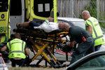 Спасатели увозят пострадавшего во время стрельбы в мечети города Крайстчерча в Новой Зеландии. 15 марта 2019 года