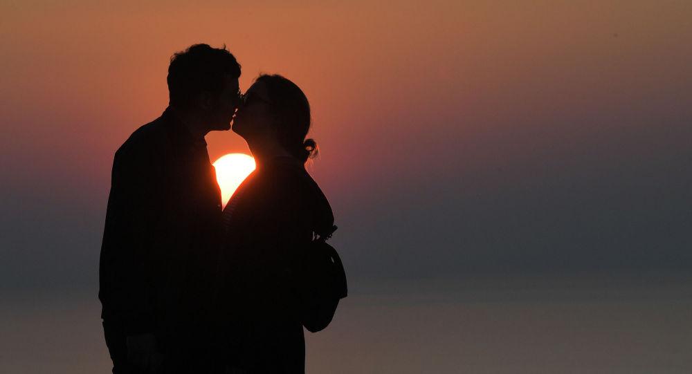 Пара целуется на закате. Архивное фото