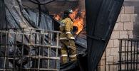 Сотрудник МЧС на месте пожара. Архивное фото