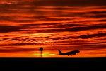 Самолет взлетает в аэропорту. Архивное фото