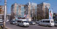 Маршрутки едут по улице Байтик Баатыра в Бишкеке. Архивное фото