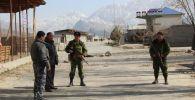 Сотрудники правоохранительных органов на кыргызско-таджикском участке границы около сел Аксай (Кыргызстан) и Мехнатабад (Таджикистан)