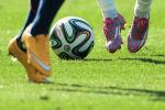 Игроки во время футбольного матча. Архивное фото