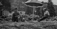 Белгилүү режиссер Болот Шамшиев менен актриса Айтурган Темированын сүрөтү 1974-жылы Ысык-Көл облусунда тартылган