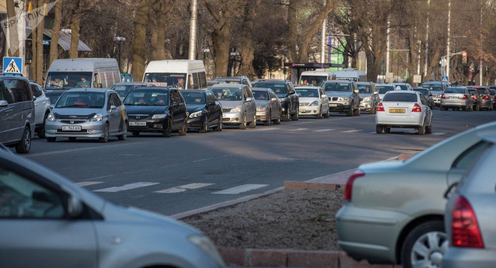 Движение автомобилей на одной из улиц Бишкека. Архивное фото