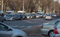 Автомобильный затор на одной из улиц Бишкека. Архивное фото