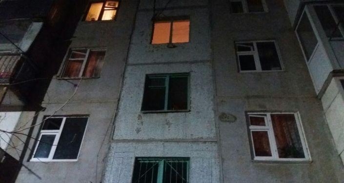 Разбитые окна из-за взрыва на АЗС в городе Ош