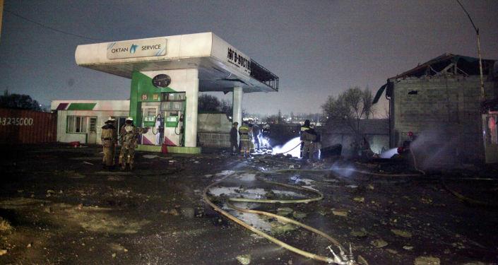 Последствия пожара на автозаправочной станции на улице Петрова в Оше