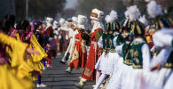 Улуттук костюмчан кыздар Ала-Тоо аянтында бийлеп жатышат. Архив