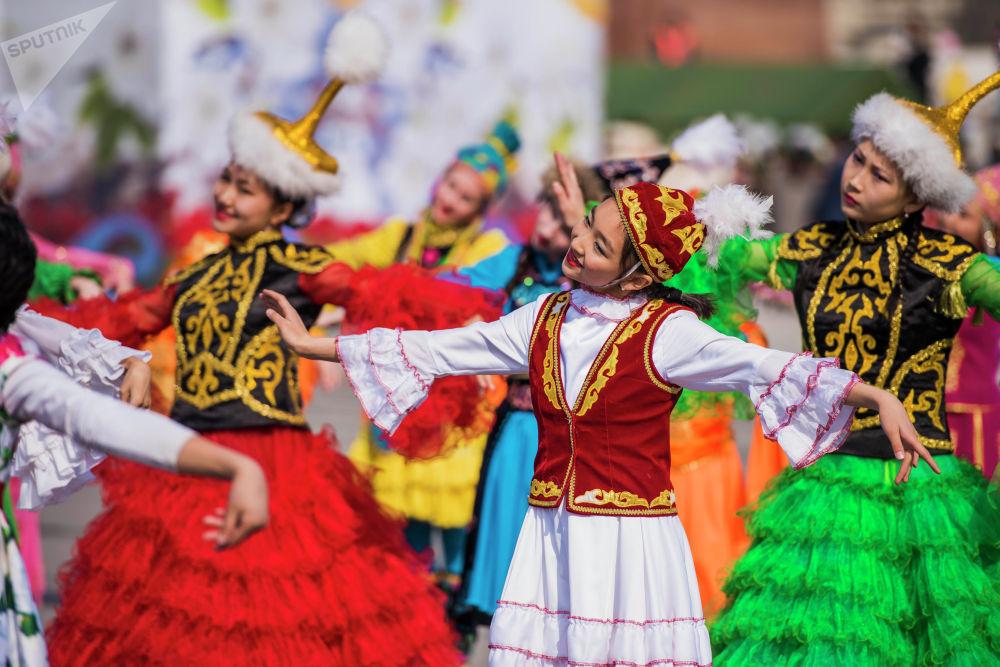 Бишкек шаарынын тургундары менен конокторуна театралдаштырылган оюн-зоок көрсөтүлдү