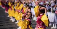 Детский танцевальный ансамбль во время праздничных мероприятий. Архивное фото